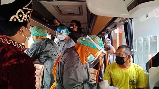 Ratusan Sopir Bus Divaksin